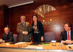 Firma de acuerdo entre Braulio Medel, presidente de Unicaja y Magdalena Álvarez, vicepresidenta del BEI