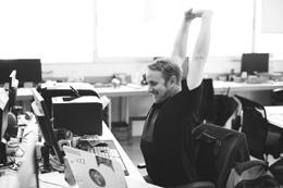 Empleado feliz en trabajo, de Pixabay