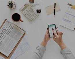 Mesa en oficina, de Pixabay