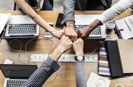 Unión de equipo de trabajo, de Pixabay
