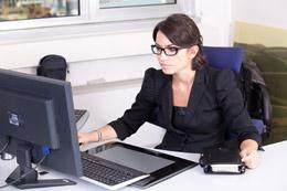 Mujer universitaria trabajando, de Pixabay