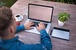 Persona teletrabajando, de Pixabay