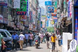 Busy street en Colonbo, de Open