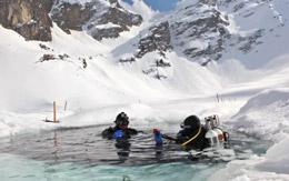 Bucear bajo el hielo, de Turismo de Suiza